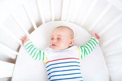 Baby schläft in leerem Bett