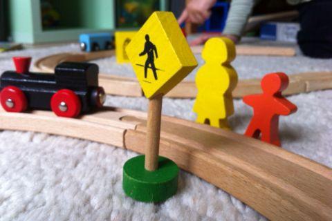 Bahnfahren mit Kind und Kinderwagen ist alles andere als ein Vergnügen. Denn barrierefrei ist meistens ein Fremdwort.