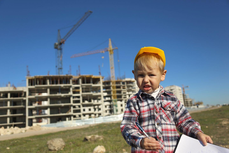 kleiner Junge auf Baustelle