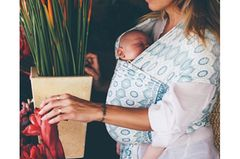 """Das """"Baby Wrap"""" der australischen Marke Chekoh ist ein leichtes Tragetuch aus einem Bambus-Spandex-Gemisch. Es ist für das erste Lebensjahr gedacht und trägt Kinder ergonomisch korrekt bis zu einem Gewicht von 12 Kilo. Besondere Muster und ein modisches Design zeichnen das Baby Wrap außerdem aus."""