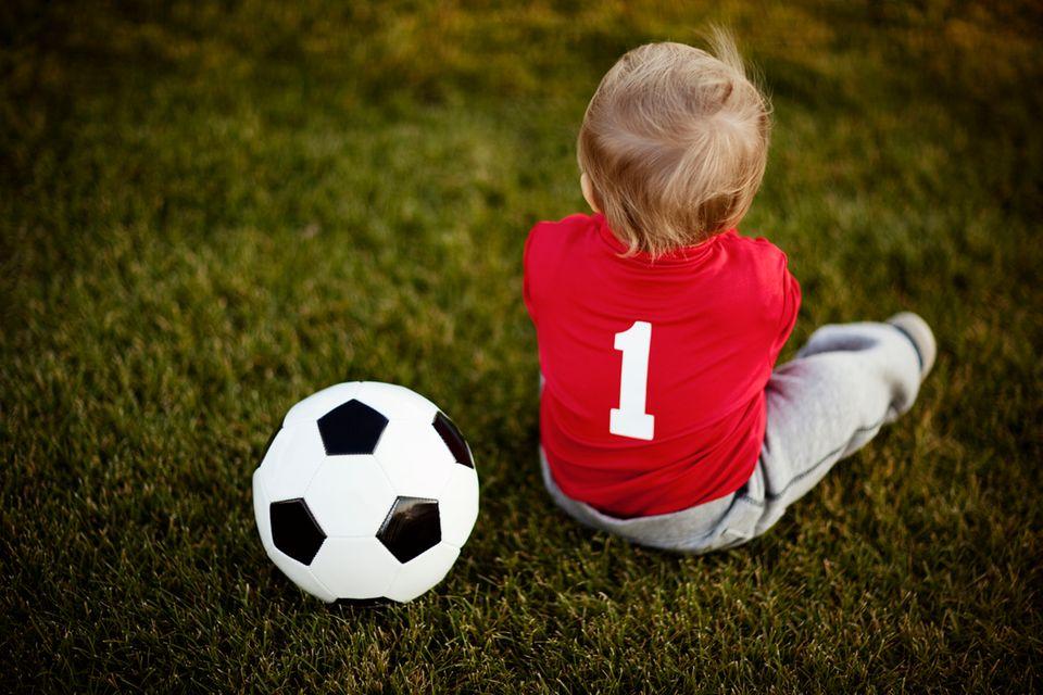 Schon als der Winzling noch in Mamas Bauch munter gekickt hat, war für Papa klar: Den ersten Fußball gibt's von mir. Und dann wird gemeinsam geübt, denn das Runde muss ins Eckige.