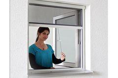 """Der """" Insektenrollo"""" von """"Jarolift"""" verspricht eine besonders leichte und stabile Montage ohne bohren. Eine von vielen Fensterlösungen gegen Insekten in der Wohnung."""
