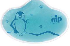 """Für kleine Babys kann das feuchte kühlen mit einem eiskalten Eiswürfel unangnehm sein. Deshalb legst Du Dir am besten vorsorglich ein Kühlkissen in den Kühlschrank. Dieses Kühlkissen von """"nip"""" ist auch in gekühltem Zustand anschmiegsam und weich. Es kann direkt auf die Haut aufgelegt werden und enthält keine giftigen Inhaltsstoffe."""