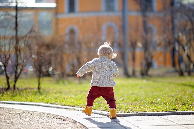 Baby läuft allein