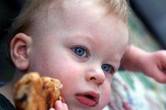 Kleinkind isst Franzbrötchen