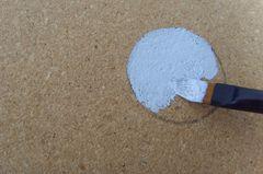 Frei verteilte Punkte mit Bleistift auf der Wolke vorzeichnen. Am besten hier beispielsweise einen Schraubverschluss einer Flasche als Schablone verwenden. Mit der Textilfarbe und einem Pinsel die Punkte farbig ausfüllen.
