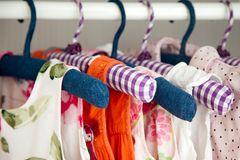 Kinderkleidung auf dem Bügel
