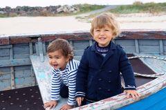 Zwei Jungen fein angezogen in einem Boot