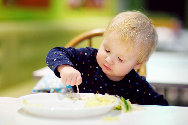 Baby spielt mit Essen