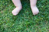 Babyfüße im Gras
