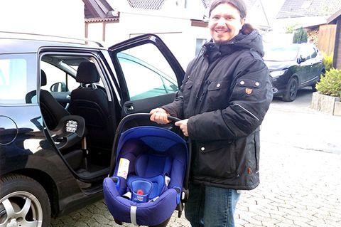 Mit einem Klick war die Babyschale BABY-SAFE i-SIZE auch im Auto auf der BABY-SAFE i-SIZE FLEX BASE befestigt. Sitzt sie nicht richtig, zeigt eine rote Warnanzeige, dass nachjustiert werden muss. In vier Stufen kann die Base der Neigung der Sitzfläche der Rückbank angepasst werden. So fuhr David Nicolas in einer ergonomisch optimalen Position mit und sein Kopf kippte nicht nach vorne.