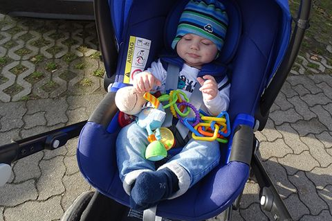 """""""Das Schönste an der Babyschale war, dass sich unser Sohn total wohl darin gefühlt hat und während der Fahrt seitdem überhaupt nicht mehr geweint hat"""", berichtet die dreifache Mutter.   """"Unsere vielen Ausflüge sind nun deutlich entspannter."""" Sie vermutet, dass es an dem verstellbaren Winkel der BABY-SAFE i-SIZE FLEX BASE mit Isofix fürs Auto lag oder daran, dass Ben in der neuen Babyschale mehr Platz hat."""