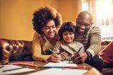 Wenn ihr als Familie gute Vorsätze fürs neue Jahr habt, dann schreibt sie am Silvestertag gemeinsam auf und hängt sie Euch an einen zentralen Ort in der Wohnung, beispielsweise an den Kühlschrank. Kleiner Tipp: Je konkreter der Vorsatz, desto realistischer die Umsetzung.
