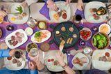 Ein besonderes und dennoch stressfreies Essen ist Tischgrill oder Raclette. Hierfür müsst Ihr höchstens Kartoffeln kochen. Die restlichen Zutaten werden einfach auf den Tisch gestellt und jeder brutzelt sich sein eigenes Pfännchen zusammen. Mit kleinen Kindern am Tisch ist allerdings Vorsicht geboten. Sie sollten möglichst nicht in Reichweite des Raclette-Ofens sitzen, damit sie sich die Finger nicht verbrennen können.