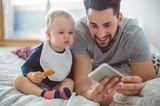 Babys schauen sich gerne bekannte Gesichter an. Bastle doch ein kleines Fotoalbum. Fotos in Plastikhüllen sind besonders praktisch, so kann dein Baby ruhig mal zugreifen und mit kleinen angesabberten Fingern auf Oma zeigen. Neben Familie können da auch Fotos vom Lieblingskuscheltier, Schnuller oder Gitterbett rein. Alles, was in Babys Welt eine Rolle spielt.   Das Handy-Display leuchtet aber auch immer sehr spannend, also schaut sich dein Baby bestimmt auch dort gern Bilder oder kleine Videos von Mama an, die grad unterwegs ist.