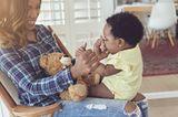 Ein Klassiker: Hoppe-hoppe Reiter. Da braucht man wohl nicht viel erklären. Zu Beginn drehst du dein Baby lieber mit dem Gesicht zu dir und der Ritt kann beginnen. Dein Kind reagiert freudig, quiekend und strampelt los? Na, dann darf es nächste Runde wohl schon im Galopp weitergehen. Das Köpfchen von deinem Baby muss das wilde Gehoppse natürlich schon aushalten können, sonst stützt du da lieber noch ein wenig mit.      Hoppe-hoppe-Reiter kennst du schon? Na, dann fahr doch eine Runde Bus.   Du setzt dein Baby auf den Schoss, diesmal schaut Ihr in die gleiche Richtung und du singst das Lied:    Die Türen vom Bus gehen auf und zu STUNDENLANG. (Hände öffnen und schließen vor den Augen des Babys)   Die Räder vom Bus, die rollen dahin STUNDENLANG (Hände rollen übereinander her)   Die Wischer vom Bus machen wisch-wisch-wisch STUNDENLANG (Die Hände wischen von links nach rechts)   Die Hupe vom Bus macht tut-tut-tut STUNDENLANG (Die Hand drückt auf eine imaginäre Hupe)      Der Fahrer im Bus sagt Fahrkarten bitte STUNDENLANG ( Die Hand offen hinstrecken, als liegt darin die Fahrkarte)   Die Leute im Bus machen blablabla STUNDENLANG (Wie in einer Handpuppe, die den Mund auf und zu macht, öffnet sich die Hand und schließt)   Die Babys im Bus schlafen tief und fest STUNDENLANG (Beide Hände als Kissen an die Wange legen und Augen zu machen)   Hier kannst Du die Melodie noch mal auffrischen.      Deiner Fantasie sind bei weiteren Strophen keine Grenzen gesetzt.