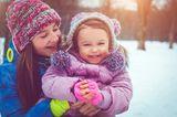 Mutter und Kind im Schnee