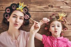 Frau und Kind mit Lockenwicklern