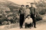 Altes Foto mit vier erwachsenen Brüdern