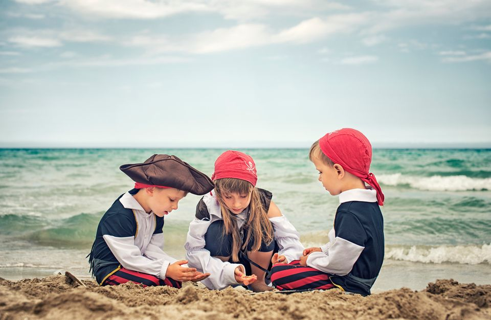 Kinder spielen Piraten