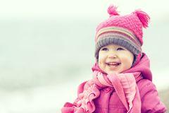 Das Kind richtig warm einzumummeln ist natürlich wichtig, wenn es Minusgrade hat. Wenn Kleinkinder allerdings schon laufen und toben können, kann es ihnen schon mal zu warm werden. Ebenso, wenn die Sonne rauskommt. Dann ist es gut, wenn das Kind mehrere Lagen übereinander trägt, von denen es eine oder zwei ausziehen kann.   Hier gibt es Tipps, wie du dein Baby im Winter warm einpackst.