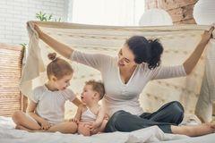 Im gemütlichen Sessel mit Stillkissen ganz in Ruhe ist das Stillen für Mama und Baby am entspanntesten. Beim ersten Baby meist auch die erste Wahl. Beim zweiten muss dann aber auch das Geschwisterchen bedacht werden. Und das steht so gar nicht auf Warten und Mama und Baby nicht stören. Unser Tipp: Richte dir eine Still-Ecke ein. Schön gemütlich und groß genug, damit man da auch zu dritt sitzen kann. So fühlt sich das Große nicht ausgeschlossen und kann nebenbei auch etwas mit Mama kuscheln oder mit dem Lieblingsspielzeug/Buch/Puzzle spielen, ohne sich allzu ausgeschlossen zu fühlen.