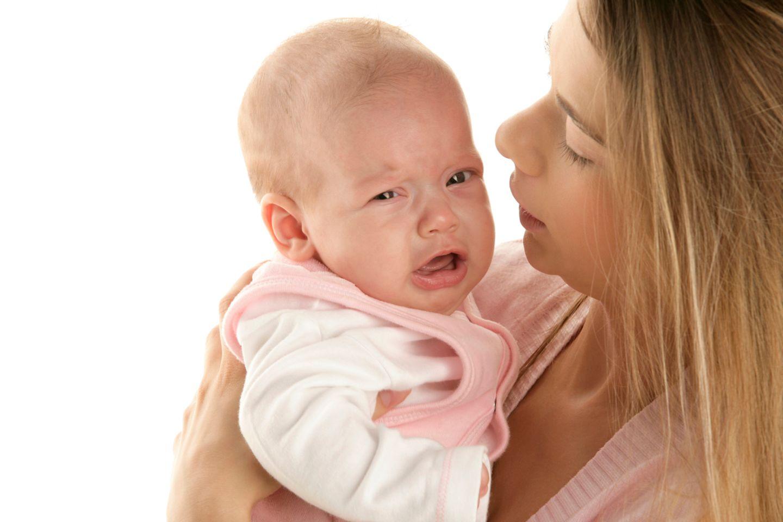 Baby weint auf dem Arm