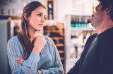 Frau in Gespräch mit Mann