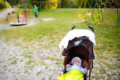 Spielplatz-Drama mit Kleinkind und Baby