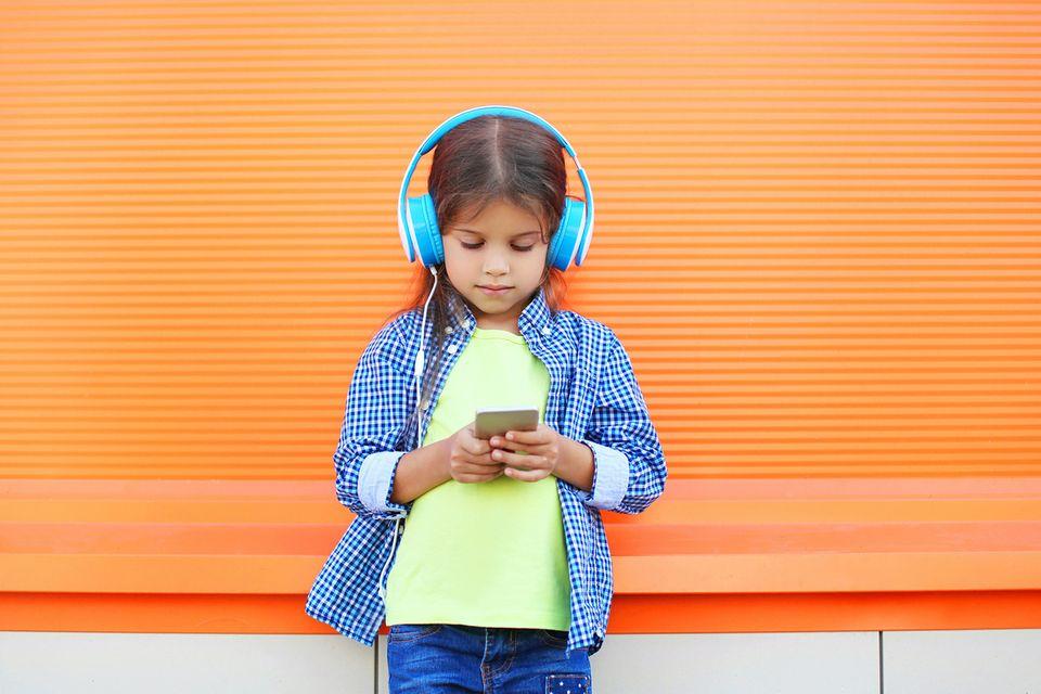 Mädchen spielt auf Handy