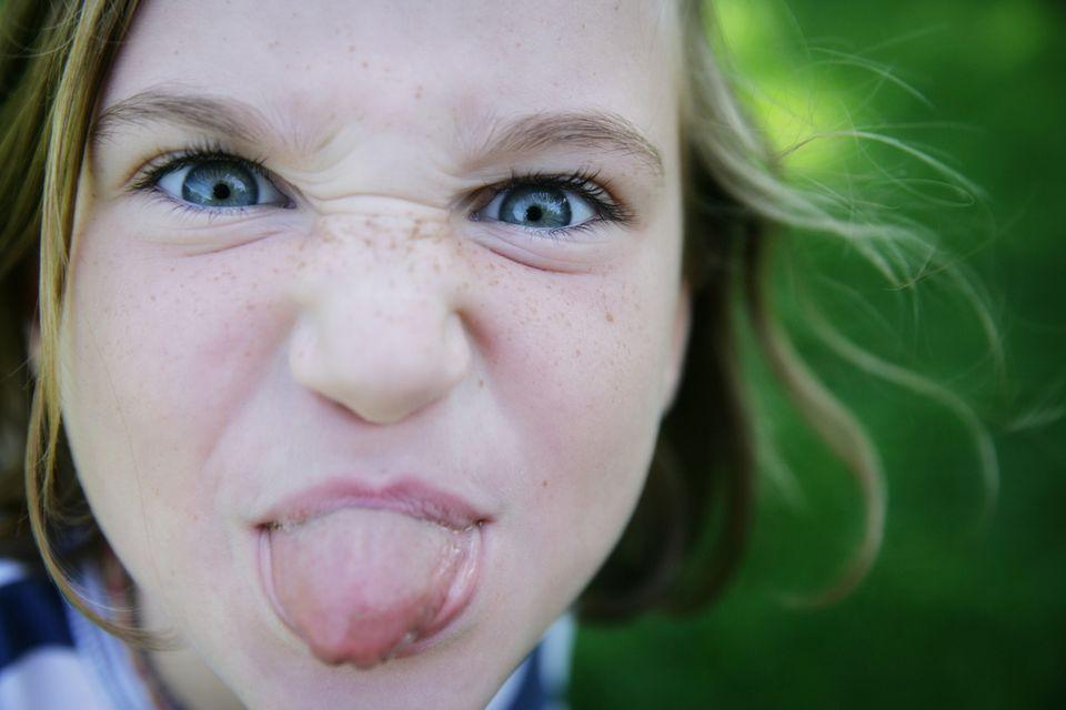 Kind steckt Zunge raus