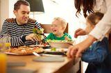 In diesem Fall geht es darum, was Väter NICHT tun: voreilig Hilfe anbieten.   Das Kind kommt nicht ans Brot ran? Dann wird es danach fragen (sofern es schon sprechen kann, natürlich). Mütter dagegen greifen oft schon zum Brotkorb, bevor der Nachwuchs selber weiß, dass er noch was essen will.     Möchtest Du Käse auf Dein Brot?  Oder lieber Salami?  Brauchst Du noch was zu trinken?  Nimm ruhig noch ein paar Gurken dazu.    Alles bestimmt nett gemeint, aber bei Papa lernen die Kinder mehr Selbstständigkeit. Und durch das Nicht-Eingreifen kommen die Kleinen erst in die Situation,     festzustellen, was sie als nächstes gern essen würden.  zu üben, wie die Käsescheibe von den anderen Scheiben abgeht.  zu merken, dass das Glas leer ist und was man sagen muss, damit es sich wieder füllt.     Und der schöne Nebeneffekt ist ein wesentlich entspannteres Abendbrot für Mama: einfach mal nur auf das eigenen Brettchen schauen!