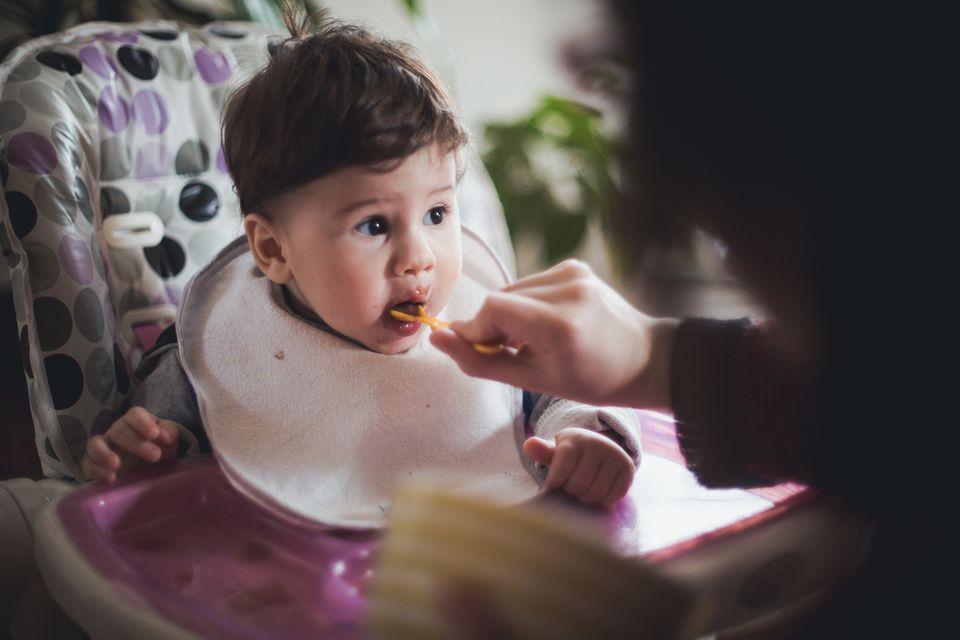 Baby isst Obstbrei