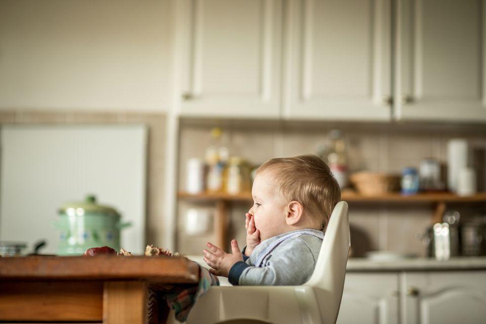 Baby am Familientisch