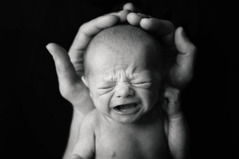 """Mal ganz ehrlich: Anfangs erinnert doch jedes Neugeborene ein bisschen an eine kleine, runzlige Kartoffel, oder?   Nichts ist glatt, zart und rosig, ganz im Gegenteil!   Aber ist das normal?   Ja!   Immerhin hat das Kleine einen ziemlich beschwerlichen Weg hinter sich gebracht, um jetzt in Deinem Arm liegen zu können.   Und hey - endlich im Leben angekommen, hat es nun alle Zeit der Welt um sich zu """"entfalten"""". ;)"""