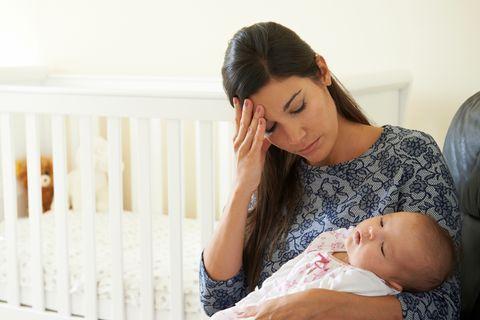 Traurige Mutter mit Baby im Arm
