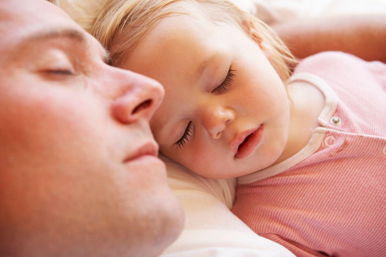 Papa mit Kind beim Schlafen