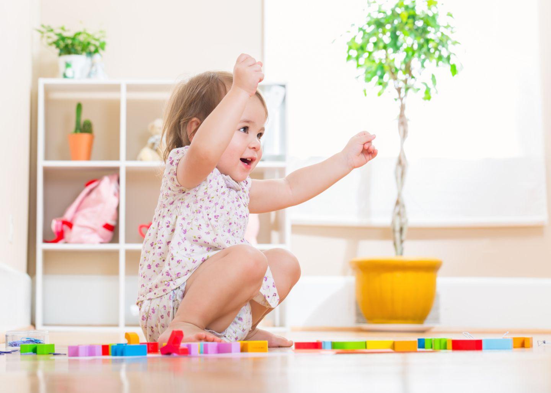 Kleinkind beim Spielen mit Bausteinen