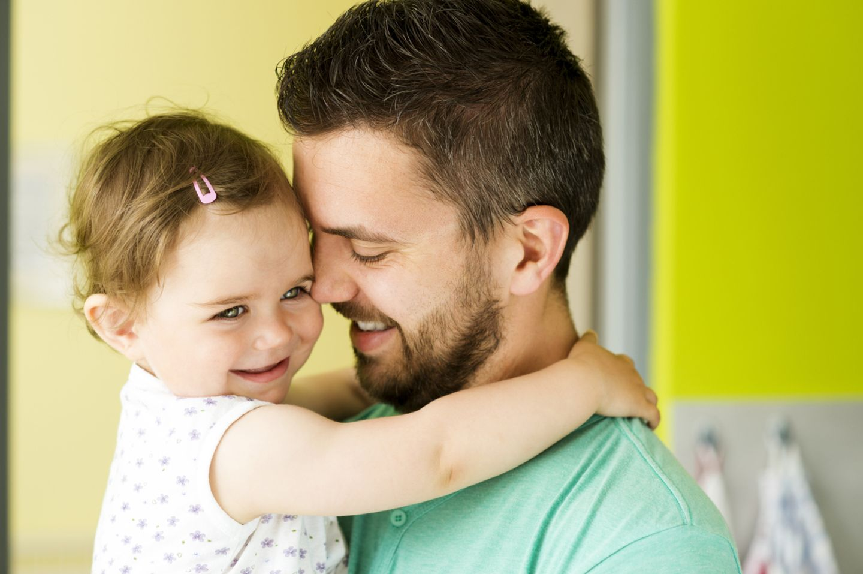 Papa mit Tochter im Arm