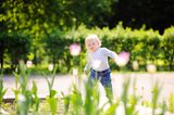 Kleinkind im Garten