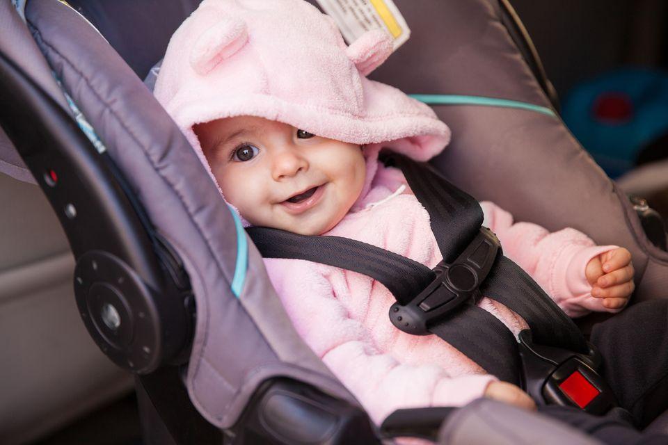 Baby sitzt im Autositz