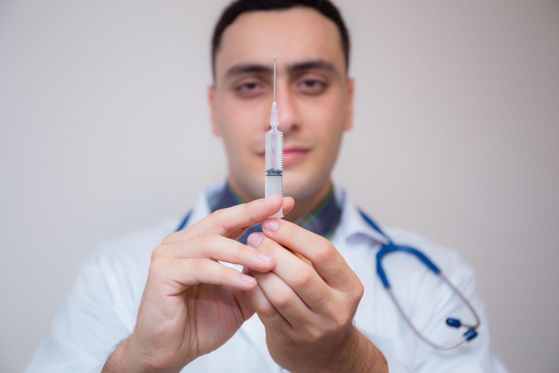 Arzt mit Spritze