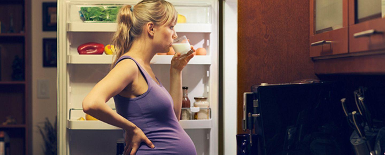 Schwangere trinkt Milch