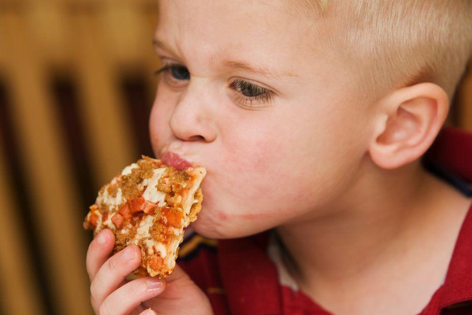 """Das kommt darauf an. Lebensmittel, die einfach nur mit dem Hinweis """"für Kinder"""" beworben werden, etwa Kinder-Wurst, Kinder-Pizza, Kinder-Fruchtsaft, unterliegen keiner besonderen Kontrolle und sind oft besonders süß und fett, also keineswegs besonders gesund.   Anders so genannte """"diätetische Lebensmittel"""" für Säuglinge und Kleinkinder: Sie unterliegen strengen Kontrollen im Hinblick auf Zusammensetzung, Schadstoffe, zugesetzte Vitamine etc. Man erkennt sie daran, dass der Zweck und die Altersgruppe genau angegeben sind (zum Beispiel """"Folgemilch"""", """"ab dem 4. Lebensmonat"""", """"ab dem 1. Geburtstag""""). Außerdem sind die Inhaltsstoffe genau aufgeführt. Diese Lebensmittel sind tatsächlich auf die Ernährungsbedürfnisse von Kindern abgestimmt."""