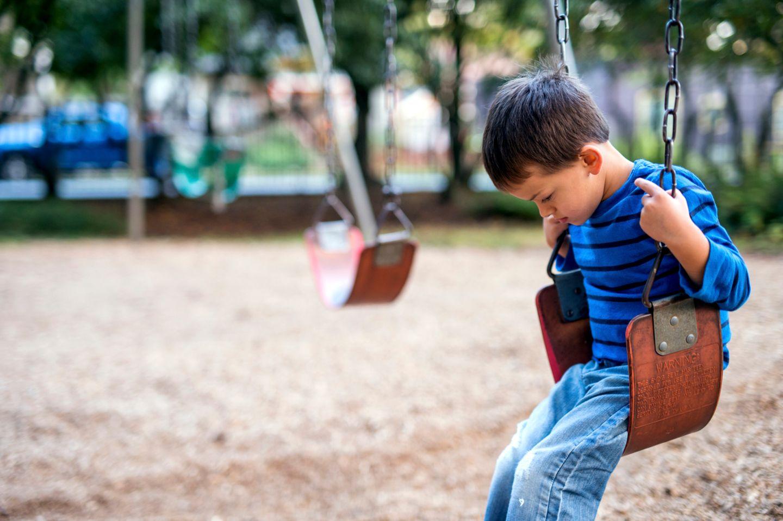 Junge einsam auf dem Spielplatz