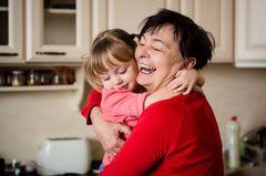 Einer von Euch kommt öfter zu spät heim fürs Abendprogramm? Dann hol Dir Hilfe! Eine gute Nachbarin, Freundin oder Verwandte kann entweder das Baby in der Zeit um den Block schieben oder Oma bespaßt das Große, bis das Baby nebenan eingeschlafen ist.