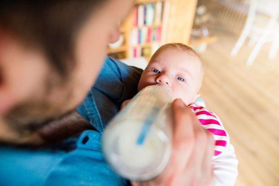 Das Milchfläschchen gibt es von Papa!