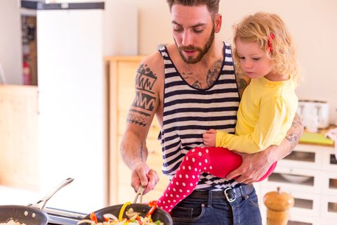 Die meisten Großen sind vor allem auch eins: große Mamakinder. Kein Wunder, denn der innigen Zweisamkeit der Anfangszeit können Väter kaum etwas entgegensetzen. Doch dann kommt der nächste Winzling – und mit ihm Papas große Chance! Denn selbst das größte Mamakind wird plötzlich zum Papakind, wenn Mamas Hände, Augen, Ohren nur noch beim Baby sind. Das sollte sich kein Vater entgehen lassen und schleunigst mit Kind Nummer eins einen Schwimmkurs machen. Oder täglich ein Zimt-Eis essen gehen. Oder übers Wochenende zur Oma fahren. Schlau dafür: die Vätermonate gleich nach der Geburt nehmen und nicht hinten anhängen!