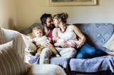 Es ist ein wunderbares Gefühl: angekommen! Mit dem Ersten war man ein Paar mit Baby. Mit dem Zweiten ist man eine Familie. Das erfüllt einen mit Glück und Dankbarkeit. So geht's übrigens den meisten Deutschen. Laut Familienreport 2014 ist die vierköpfige Familie nach wie vor das Idealbild der Deutschen: 78 Prozent der jungen Menschen stellen sich für ihre Zukunft eine Familie mit zwei Kindern vor. Gute Entscheidung!