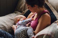 """Das Neugeborene zwei Stunden an der Brust nuckeln lassen, damit es auch wirklich satt wird – wie soll das denn gehen mit großem Wirbelwind-Bruder? Vielleicht wird das gar nicht nötig sein: Hat das Stillen beim Ersten gut geklappt, wird der Start beim Zweiten noch leichter. Der Grund: Der Körper hat sich nach dem ersten Kind epigenetisch """"gemerkt"""", wie Stillen geht. So kann er es beim zweiten viel leichter abrufen.      Und für alle mit Stillschwierigkeiten: Cool bleiben, Fläschchen geben ist keine Kindesmisshandlung!   """"Vor allem das Stillthema finde ich eine absolute Herausforderung. Da bin ich ab und zu fast froh, dass ich zufüttern muss ... Flasche in den Mund, Baby einpacken, das große Kind vom Kindergarten abholen."""" Sabine S. auf Eltern.de/ facebook      """"Meine zwei sind zwölfeinhalb Monate auseinander und Stillen war beim zweiten wirklich nicht machbar. Ein zu straffes Zungenbändchen hat alles noch erschwert! Bis der Kleine endlich mal richtig angedockt war, wurde die Bude vom Großen auf den Kopf gestellt."""" Melanie Daniela S. auf Eltern.de/facebook"""